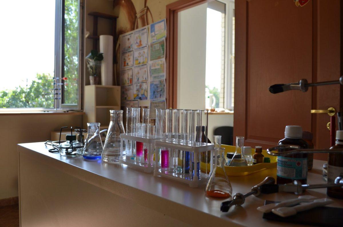"""Хімічна лабораторія школи """"Ранок"""" працює на повну"""